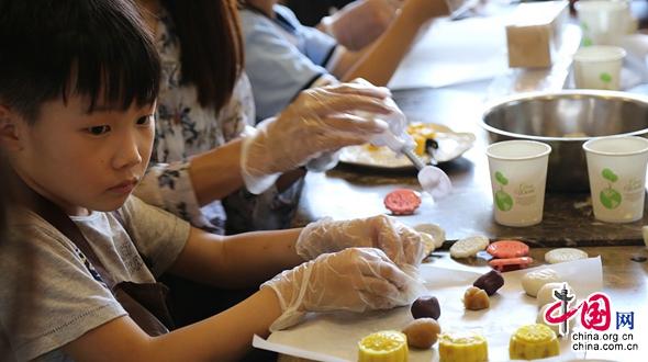 Цзинань: школьники своим руками делают «снежные» лунные пряники для встречи Праздника середины осени
