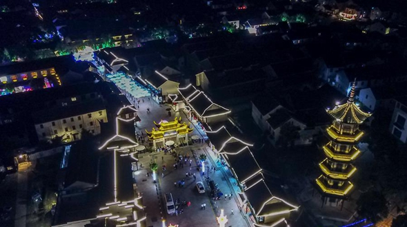 Свет праздничных фонариков на улицах Чжоучжуана