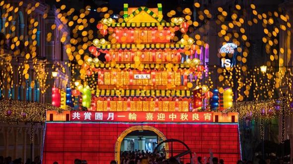 Фонари украсили к празднику улицы Аомэня