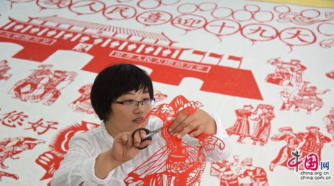 Учительница в г. Линьи провинции Шаньдун за 6 месяцев сделала гигиантские вырезки из бумаги на тему встречи 19-го съезда КПК