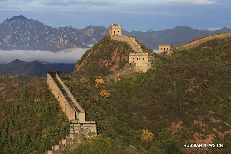 Осенний день на участке Великой Китайской стены в провинции Хэбэй