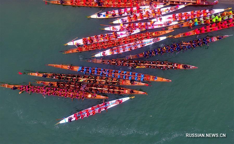 Гонки на драконовых челнах по водам реки Жунцзян