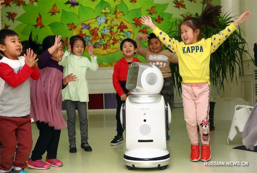 Робот в гостях у ребят в тяньцзиньском детском саду