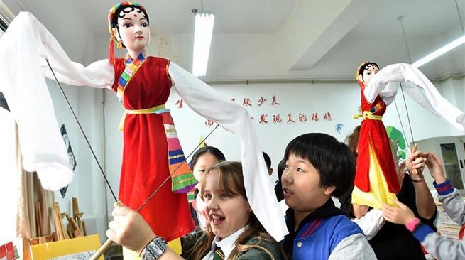 Британские школьники навещают друзей из города Янчжоу на востоке Китая