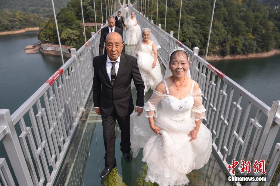 4 пары пожилых супругов сделали сказочные свадебные фотографии для празднования золотой свадьбы