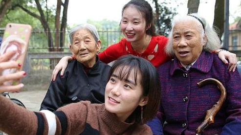 В преддверии праздника Двойной девятки молодые волонтеры города Хэнъян навестили пожилых людей в доме престарелых
