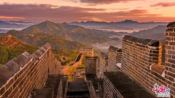 Любование осенними пейзажами на участке Великой китайской стены Цзиньшаньлин