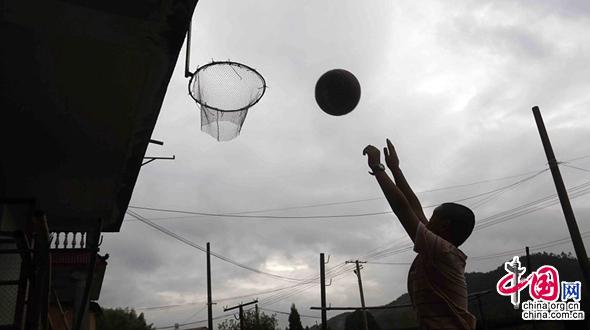 В г. Шаоу провинции Фуцзянь: самодельная баскетбольная корзина, сделанная дедушкой из брошенной рыболовной сети