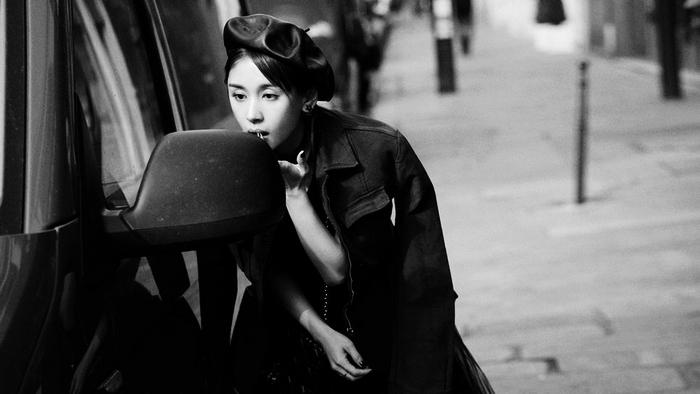 Ван Цзывэнь на уличной съемке в Париже