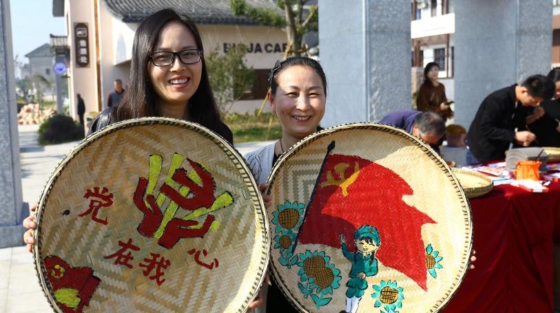 Члены КПК уезда Дэцин сделали иллюстрации для продвижения духа партии
