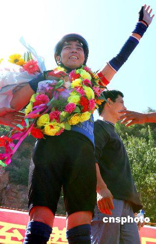 Hombre vuela 39,30 metros en bicicleta, rompe Récord Mundial Guiness 3