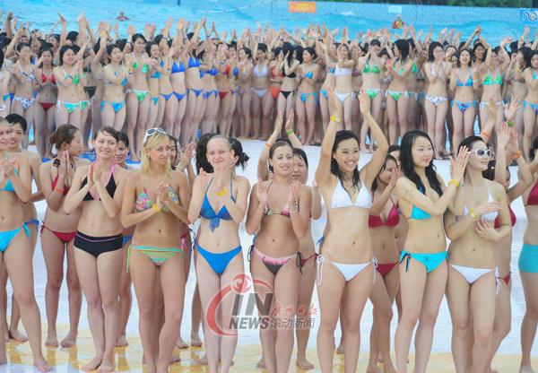 Los cinco anillos olímpicos compuestos por miles de chicas en bikini 5