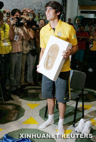 Kaká dejó su huella en la Vereda de la Fama del Maracaná1