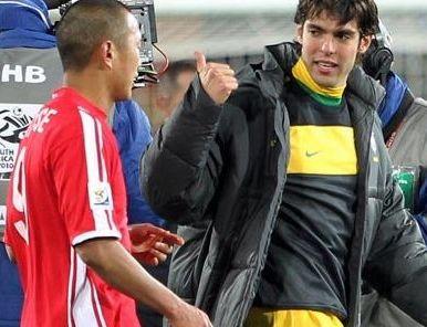 Kaká y Robinho regalaron camisetas a Jong Tae-Se