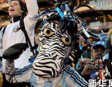Un aficionado se finge de una cebra para animar a la selección argentina
