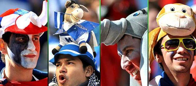 Los aficionados con las gorras divertidas