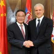 Máximo legislador chino y líderes serbios conversan sobre relaciones