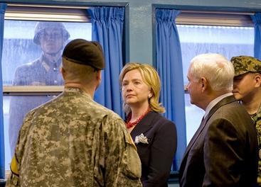 Clinton anuncia nuevas sanciones contra Corea del Norte durante su visita a Seúl