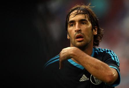 Raúl ayuda a Gelsenkirchen-Schalke 04 ganar el campeón con 2 goles