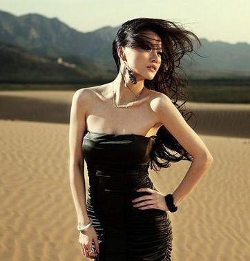 Sexy guapa china en el desierto