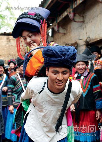 """La """"boda sin novio"""" de los yi de las montañas Liangshan"""