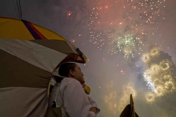 México vuela entre fuegos de artificio al conmemorar su Bicentenario