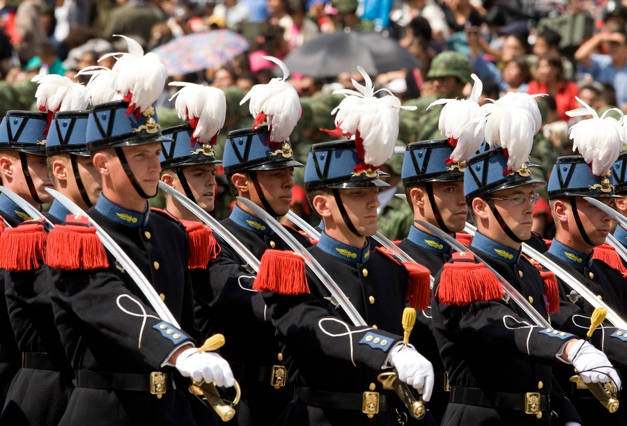 Tropas extranjeras y mexicanas en el desfile militar de Bicentenario de México