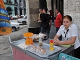 Vendedores en las calles de Cuba: libros, comidas, artesanía