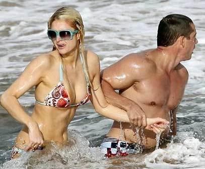 Hilton nadaba con bikini en la Navidad con su novio