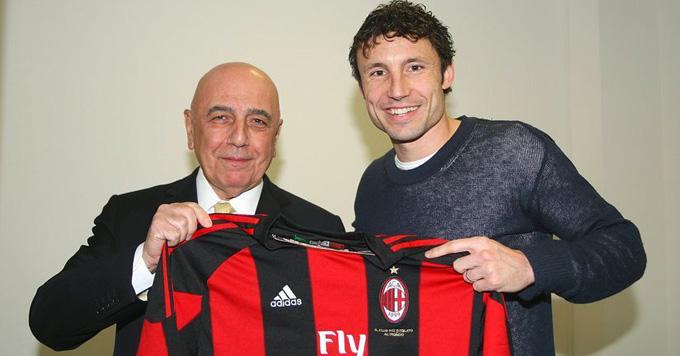 Van Bommel presenta en AC Milan