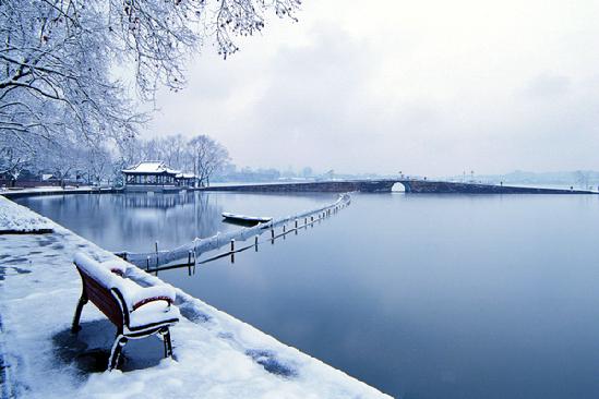 El Lago Oeste, tan puro como una novia con velo blanco