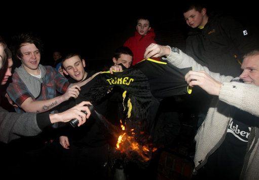 Aficionados del Liverpool queman camisetas de Torres