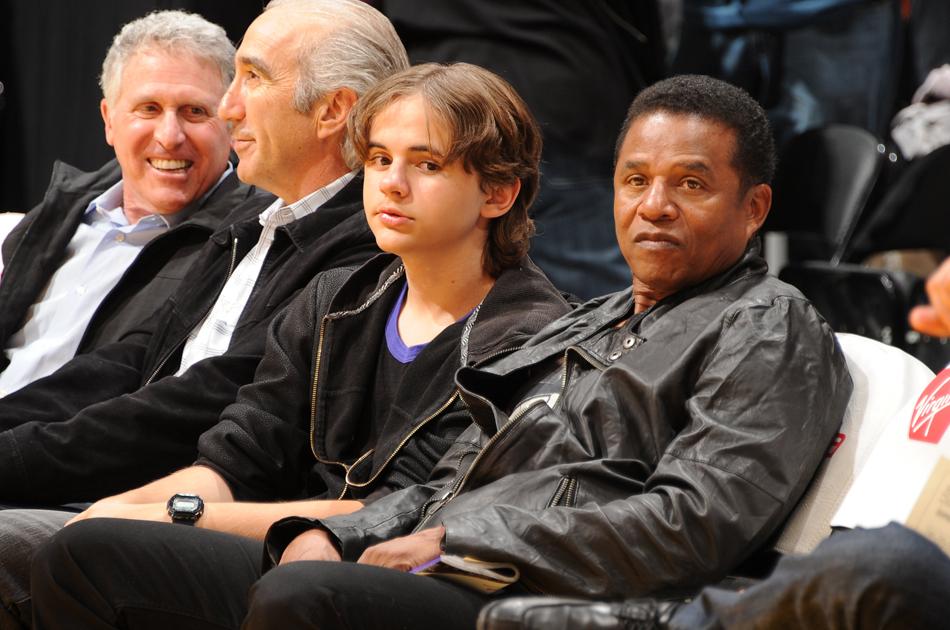 El hijo de Michael Jackson ve el partido de Lakers
