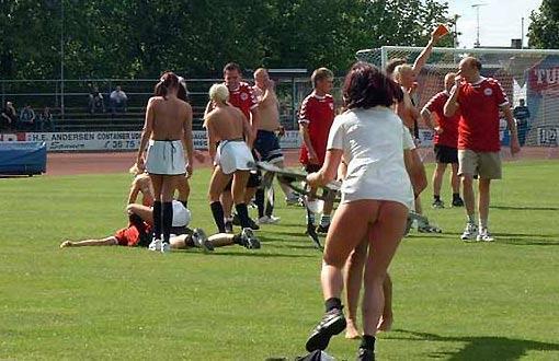 cfd9c6eb74218 El grupo femenino de fútbol de Dinamarca juega un partido sin ropa