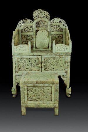 un juego de tocador y un banco hechos de jade y que su propietario asegura se trata de una antigedad de la dinasta han fue subastado por millones de