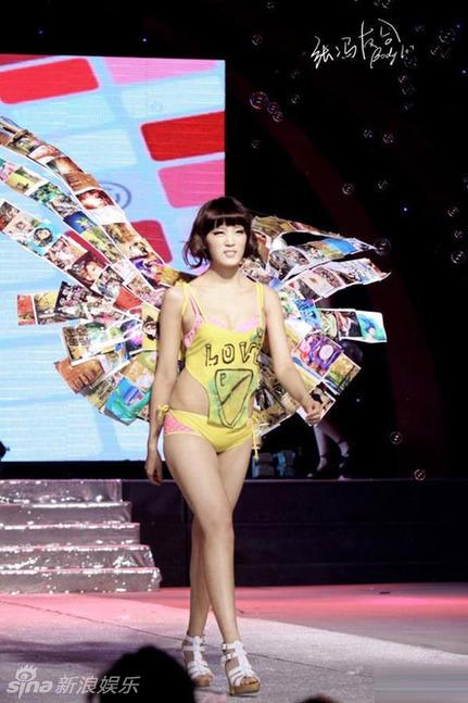 Desfile de moda de ropa interior de las chicas universitarias en China ...