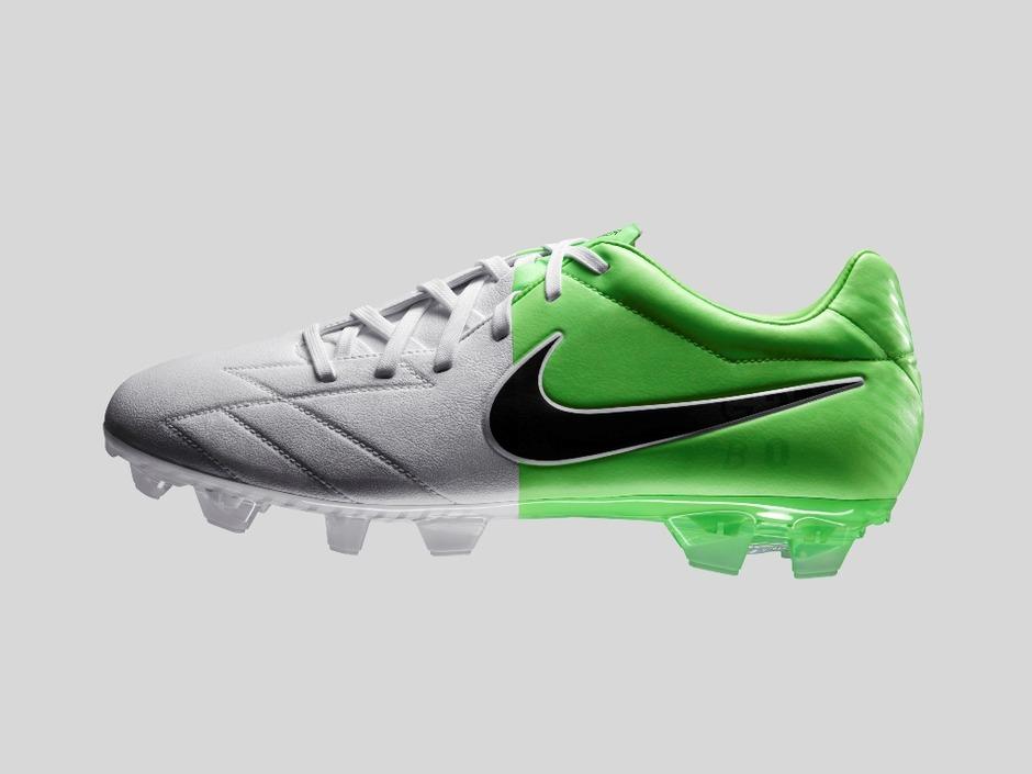 responsabilidad Todavía fluido  Nike lanza nueva serie ¨Nike Clash¨ de botas de fútbol para Eurocopa  2012_Spanish.china.org.cn