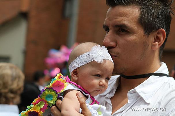 Ni os colombianos abren desfile en 55 feria de las flores for Silletas para ninos