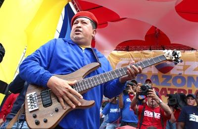 Chávez interpretó un solo de guitarra para su electorado