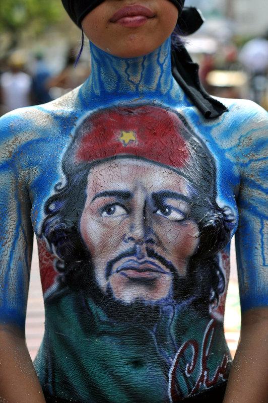 Manifestantes colombianos protestan desnudos contra las políticas del gobierno