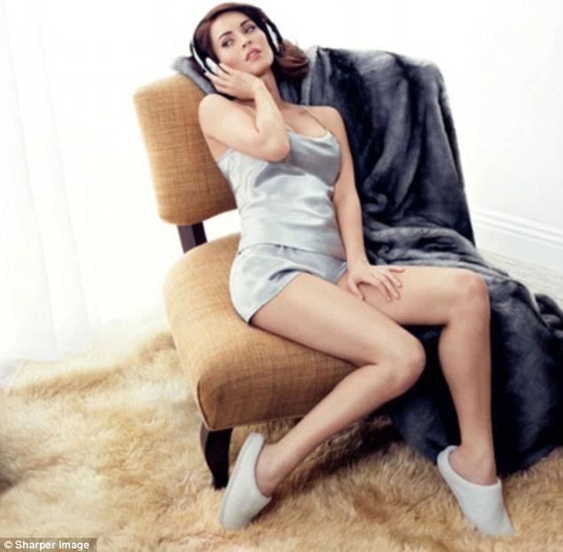 Megan Fox, con cuatro meses del embarazo, posa con ropa interior