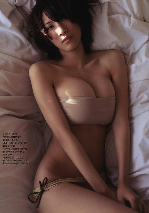 Chica delgada con enormes pechos