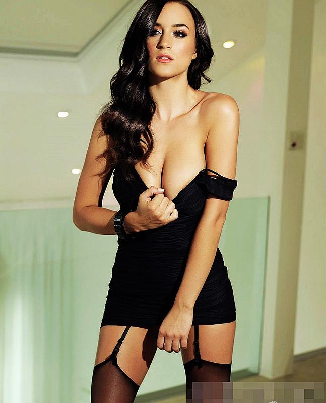 c12aaed918 Mujer rubia en ropa interior sexy posa muy seductor para la revista adulto