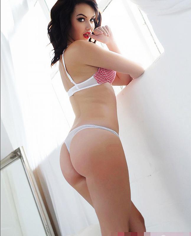 Chica De Piel Blanca Posa Desnuda Para Lucir Su Tatuaje Sexyspanish