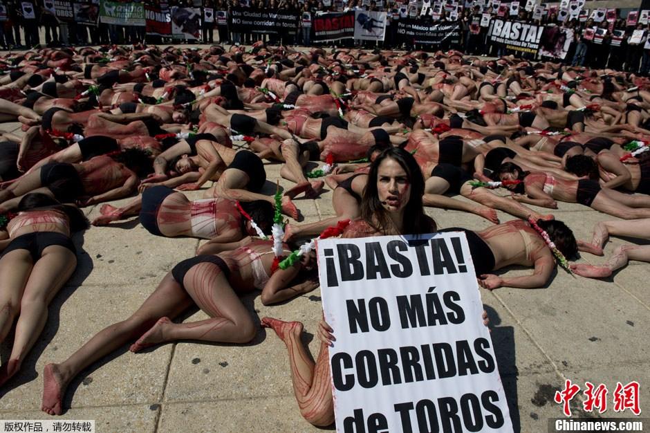 Un centenar de activistas desnudos protestan contra las corridas de toros en México 6