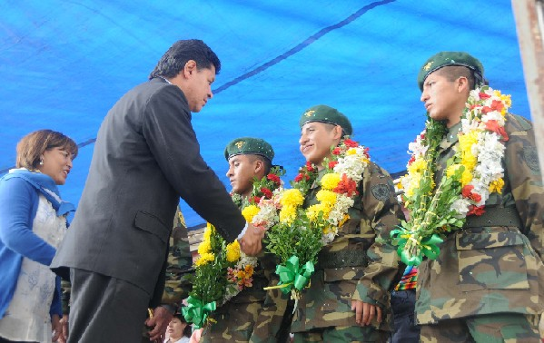 Soldados liberados en Chile regresan a Bolivia como héroes