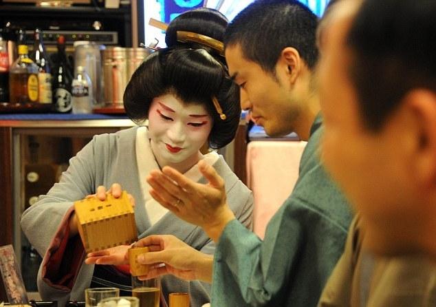 La vida del único hombre geisha de Japón 1