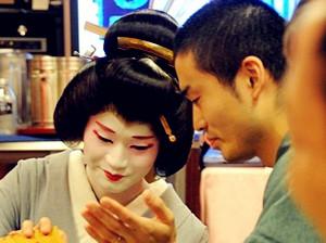 La vida del único hombre geisha de Japón