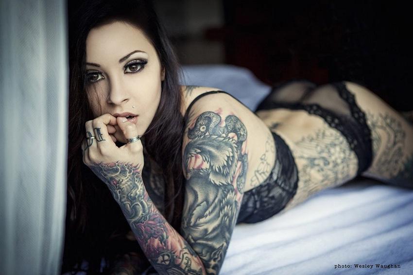 Tatuajes increíbles en cuerpos desnudos de las mujeres