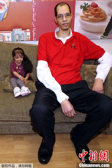 la m s baja chica y el hombre que tiene pies m s grandes del mundo. Black Bedroom Furniture Sets. Home Design Ideas